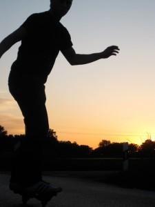 """Auf dem Board """"The Wave"""" im Sonnenuntergang"""
