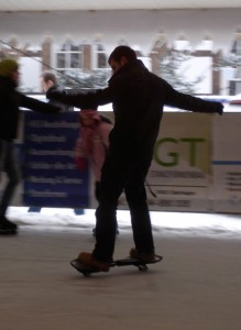 Mit dem Icesurfingboard auf der Eisbahn
