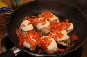 Tomate Mozzarella auf der Pute in der Pfanne