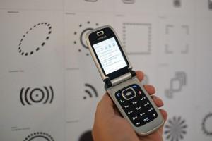 NFC Interaktion mit einem Poster (Quelle: Wikipedia - Near Field Communication)