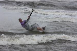 Trübes Wetter: Mehr Kiter auf dem Wasser als Personen am Strand