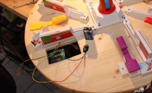 Schalter an der Front angebracht & Kabel im Arm verlegt
