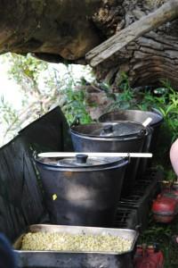 Kanu Essen auf dem Gas-Kocher