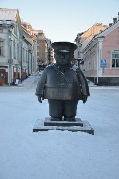 Polizistenstatue am Marktplatz und Wahrzeichen der Stadt